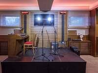 Spolecenska mistnost podium s kompletni sound systemem