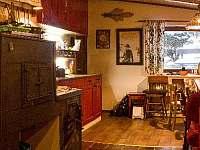 jídelna, kuchyn,společenská místnost - chalupa k pronajmutí Kuničky