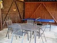 posezení a pingpongový stůl - pronájem rekreačního domu Starý Hrozenkov