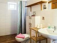 koupelna s WC - chalupa ubytování Nové Mlýny