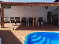 Venkovní posezení s bazénem - chalupa k pronájmu Nové Mlýny