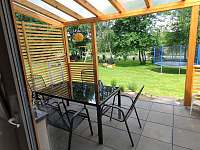 Chalupa Jana - pohled z terasy do zahrady - Suchý