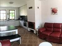 Obývací pokoj s kuchyní - chalupa k pronájmu Perná