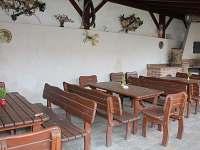 Posezení pod terasou s dětským koutkem - ubytování Horní Věstnice