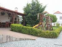 Posezení pod terasou s dětským koutkem - Horní Věstnice