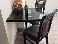stůl se židlema