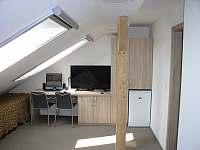 Pokoj 1 lednička s mrazáčkem, velký monitor 108 cm, počítač - apartmán k pronajmutí Prušánky