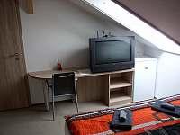 Pokoj 3  monitor, stolek - Prušánky