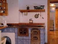 Kuchyň s kachlovými kamny - chalupa k pronájmu Suchovské Mlýny