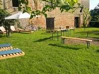 K dispozici je zahradní posezení