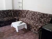 rozkládací pohovka s 2 místy ke spaní v obývacím pokoji