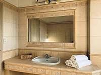 Koupelna s vanou v přízemí - chalupa k pronajmutí Černá Hora