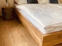 Masivní dubové postele - chalupa k pronájmu Černá Hora