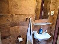 Koupelna s WC (rozvod vody není funkční) - pronájem chaty Senorady
