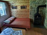Obývací pokoj (krb, rozkládací sedací souprava, konferenční stolek...) - chata k pronajmutí Senorady