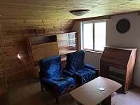 Obývací pokoj (krb, sedací souprava, konferenční stolek...) - pronájem chaty Senorady