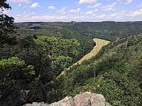 pohled z Malé skály, tentokrát na druhou strany údolí, směr k Nové Vsi - Senorady