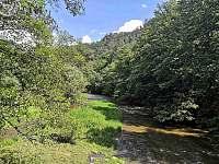 pohled z údolí z mostu vedoucího přes řeku Oslavku - Senorady