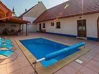 Dvůr s bazénem - chalupa k pronajmutí Přítluky