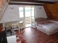 Ložnice v 1. patře s balkonem - chata k pronajmutí Jedovnice