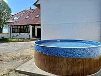 Bazén na jižní straně v uzavřeném dvoře. - chalupa k pronajmutí Dešov