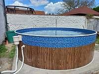 Bazén na jižní straně v uzavřeném dvoře. - Dešov