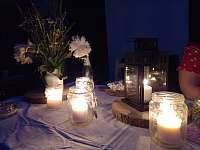 Večerní posezení na dvoře u vína - Dešov