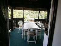 Pohled z kuchyně na zastřešenou terasu - pronájem chalupy Roštín