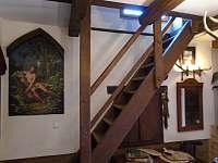 schodiště z haly do podkrovního pokoje - Roštín