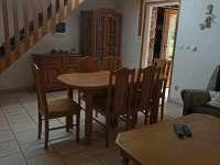 Jídelní kout v obývacím pokoji - chata k pronájmu Kněždub