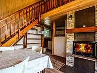 Obytná místnost s krbem v chatě babeta - pronájem Jevišovice