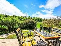 Posezení na terase u chaty Babeta v Jevišovicích - k pronajmutí