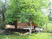Posezení na zahradě u chaty Babety v Jevišovicích s možností grilování. - pronájem