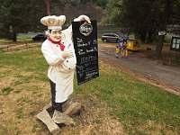 Kuchař před restaurací