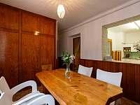 Jídelna a kuchyňka - chata k pronájmu Milovice