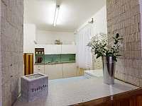"""Kuchyňka s """"výdejním okénkem"""" - chata ubytování Milovice"""