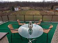 Terasa s výhledem - foceno v únoru - chata k pronájmu Milovice