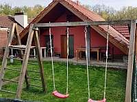 oplocená zahrada s houpačkou, grilem a posezením - chalupa k pronájmu Uherčice