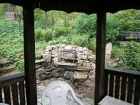 Chata - pohled z kuchyně na venkovní ohniště