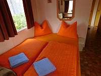 Pohovka v obývacím pokoji po rozložení - chata k pronájmu Dolní Věstonice