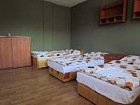 Druhá z ložnic přízemního apartmánu - pronájem chalupy Břestek