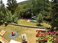 zatravněná terasa na relax a odpočinek na sluníčku - pronájem chaty Buchlovice