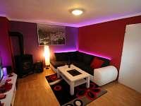 obývací část s rozkládací sedačkou