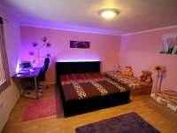 podsvícená dvojlůžková postel