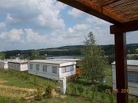 výhled s terasy na jezero - chatky k pronajmutí Výrovice