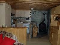 Kuchyně s krbovými kamny