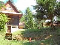 chata s ohništěm a posezením