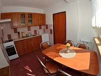 kuchyňka ve velkém apartmánu