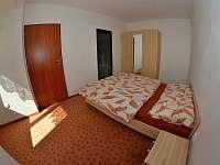 ložnice ve velkém apartmanu
