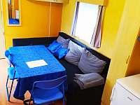 Obývací pokoj s rozkládací sedačkou - chata k pronájmu Znojmo